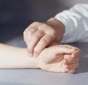 Осуществление подсчета пульса на периферических артериях
